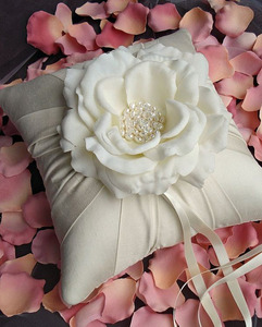 Ring pillow with flower