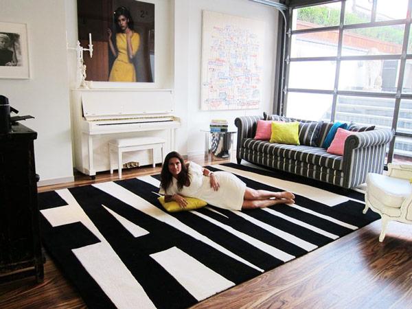 Family rug in black and white via trendir