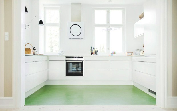 Bolig magasinet cococozy white kitchen linoleum green floor modern