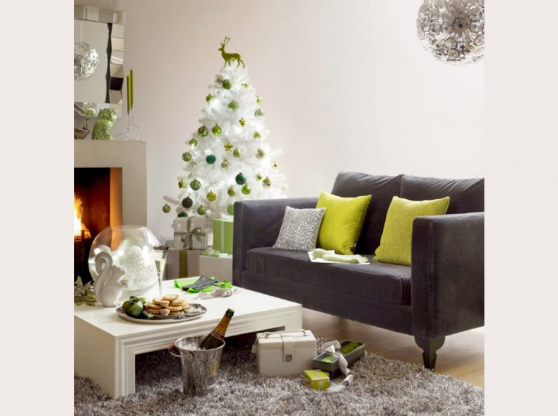 Homie niceSofa-and-white-Christmas-tree-in-living-room1-790x589